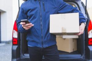 箱を持つ男性
